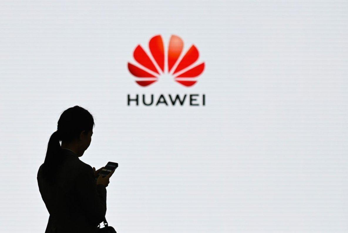 Huawei logo e pessoa