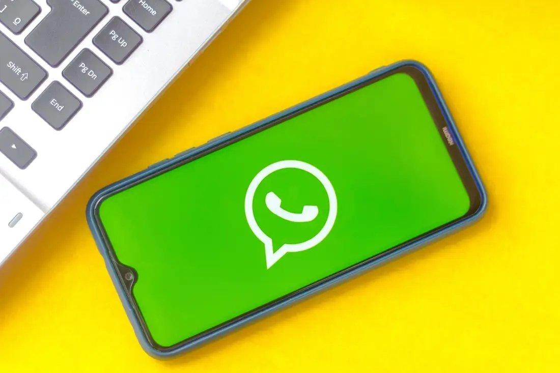 WhatsApp em smartphone logo
