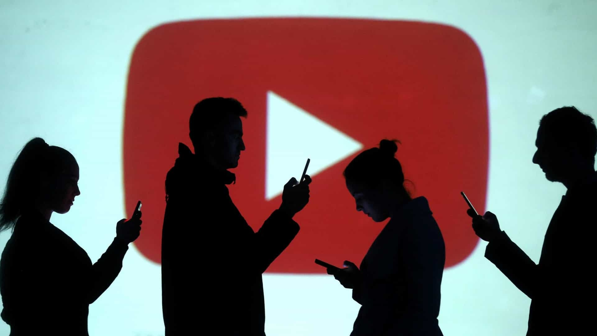 YouTube logo aplicação com gente a passar