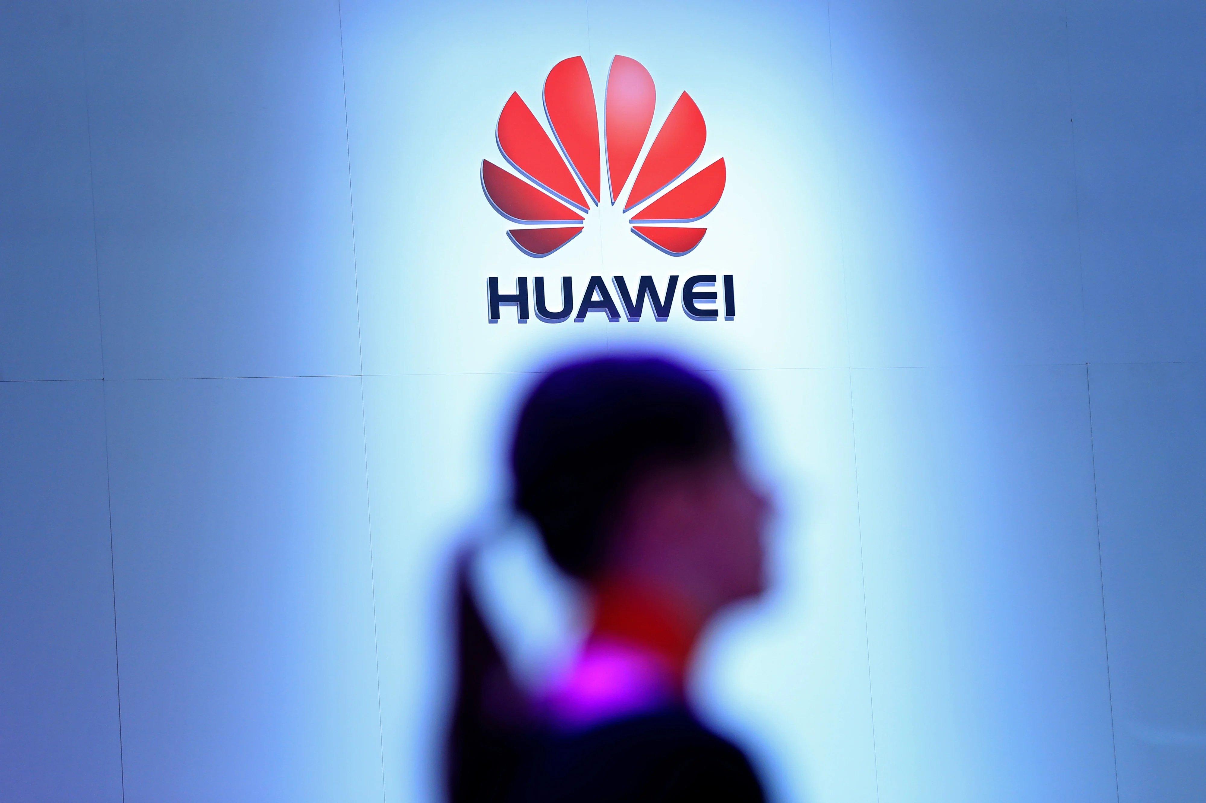 Huawei com pessoa por baixo do logo