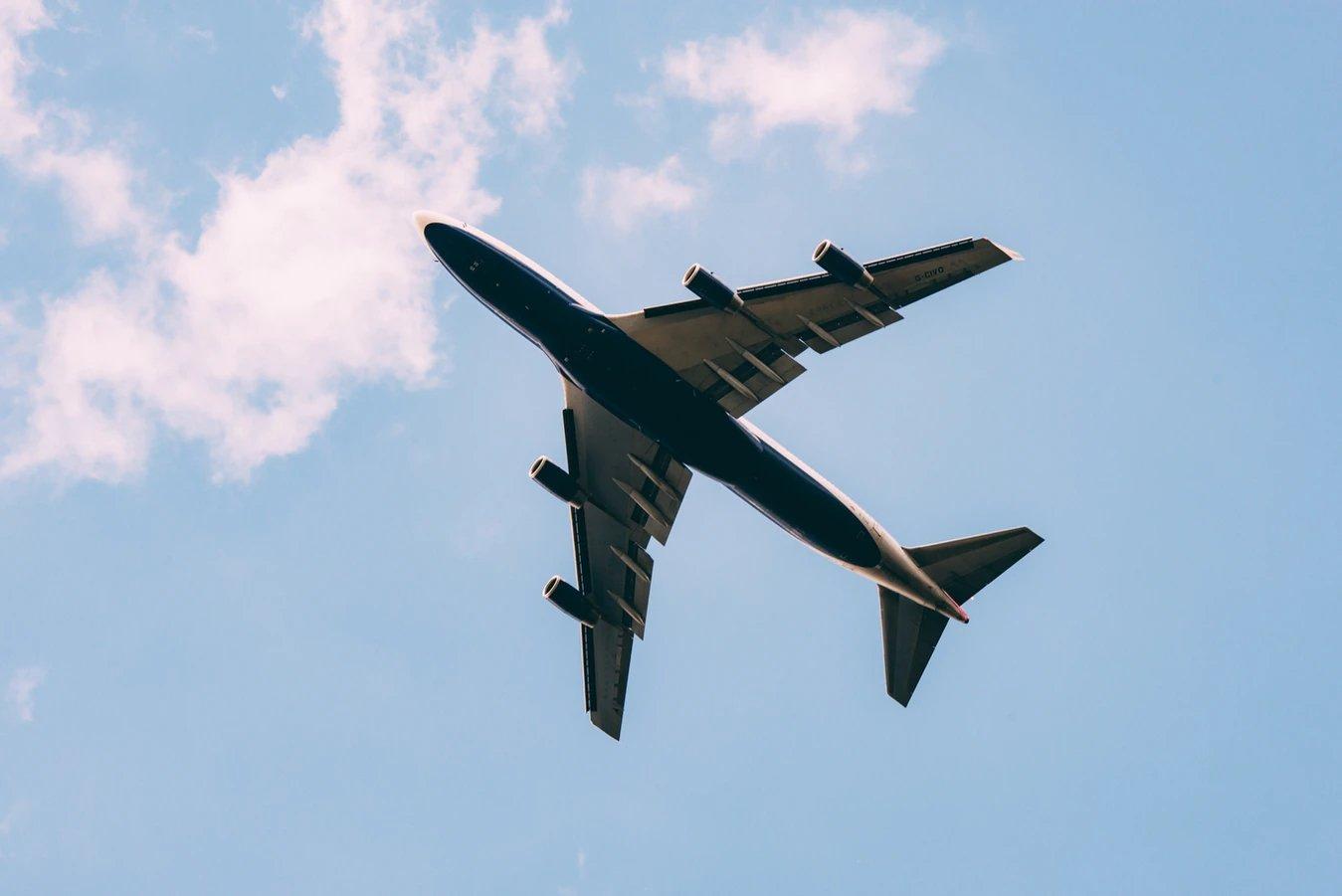 avião pelo ar