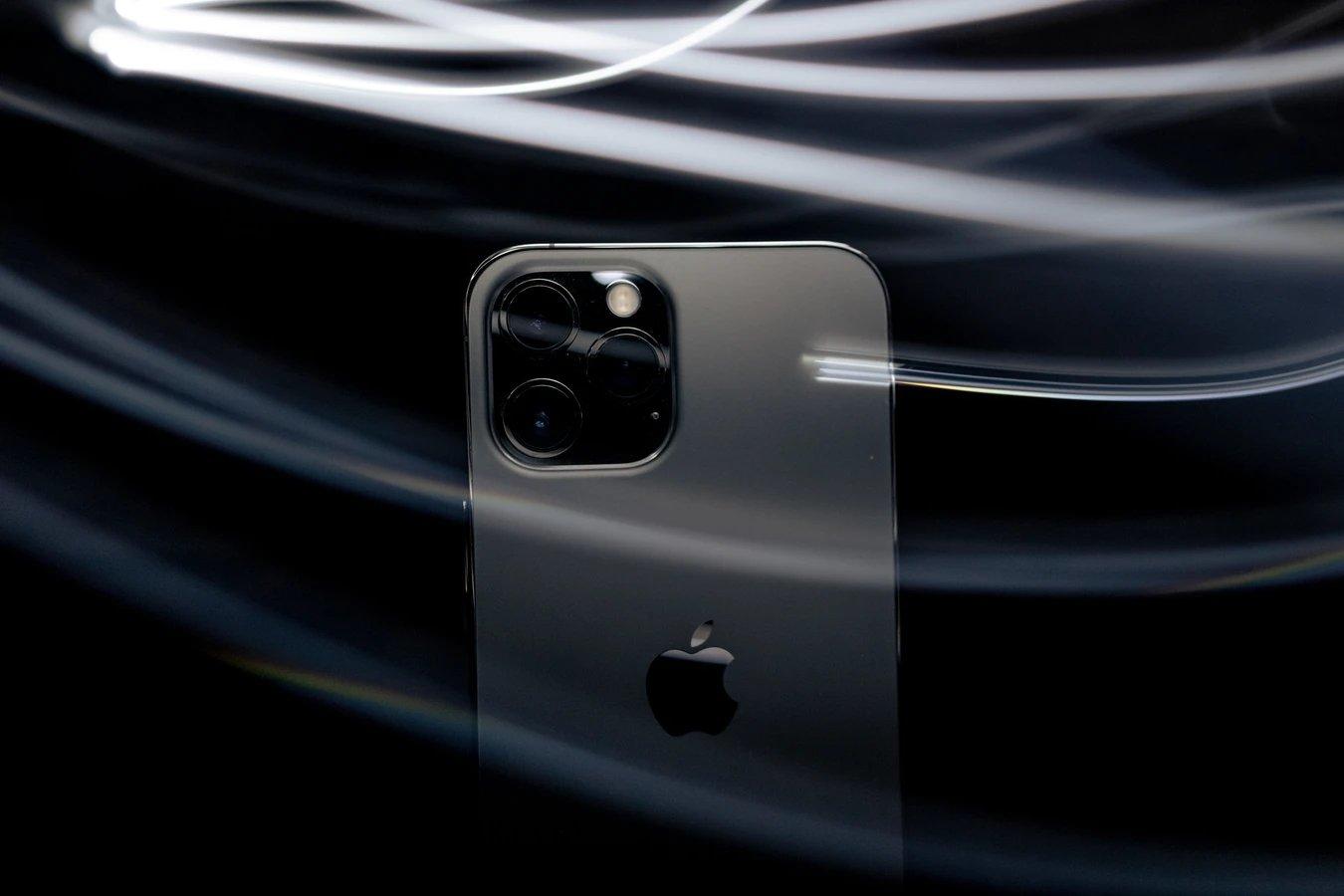 iPhone junto a espelho