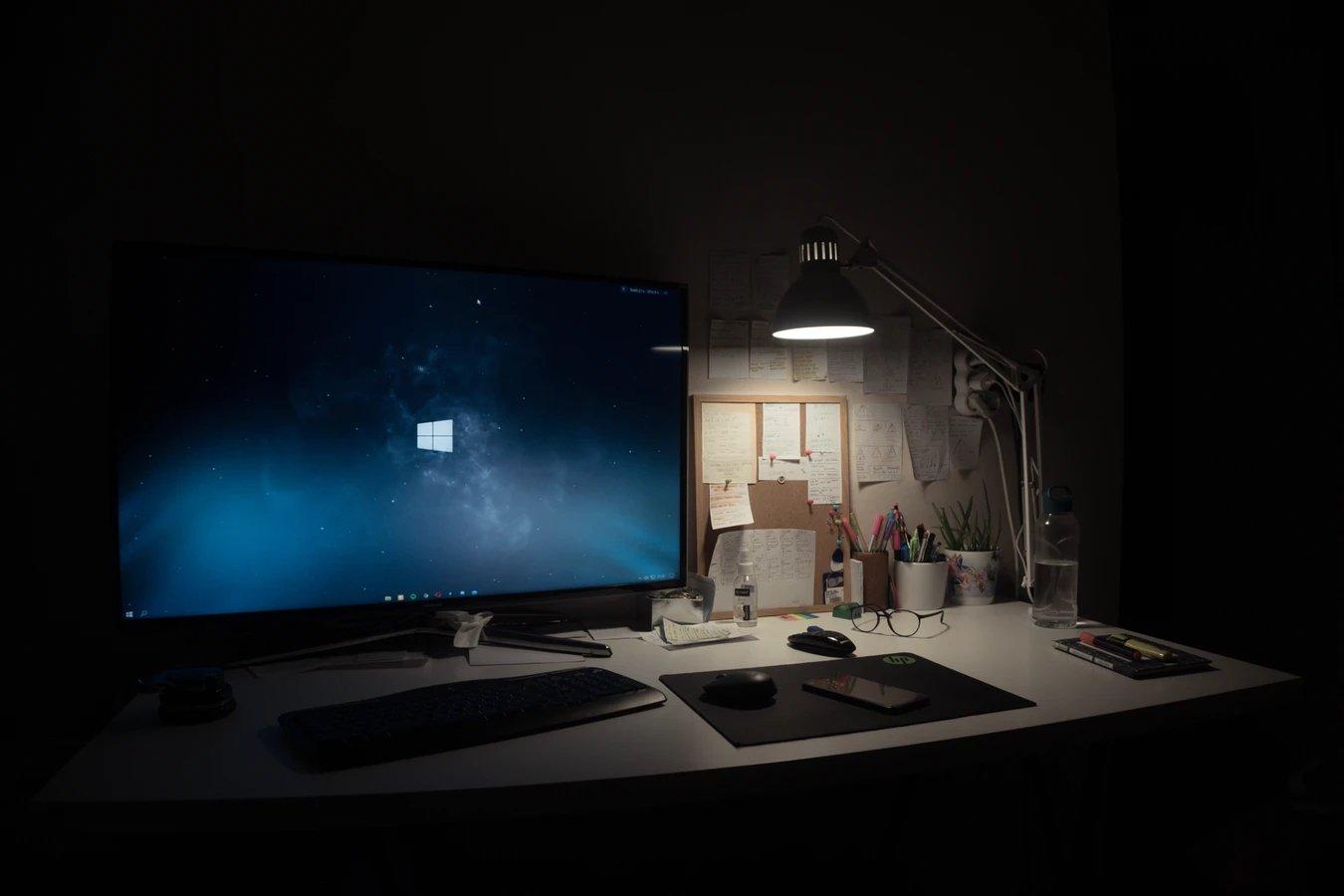 computador com o Windows de fundo