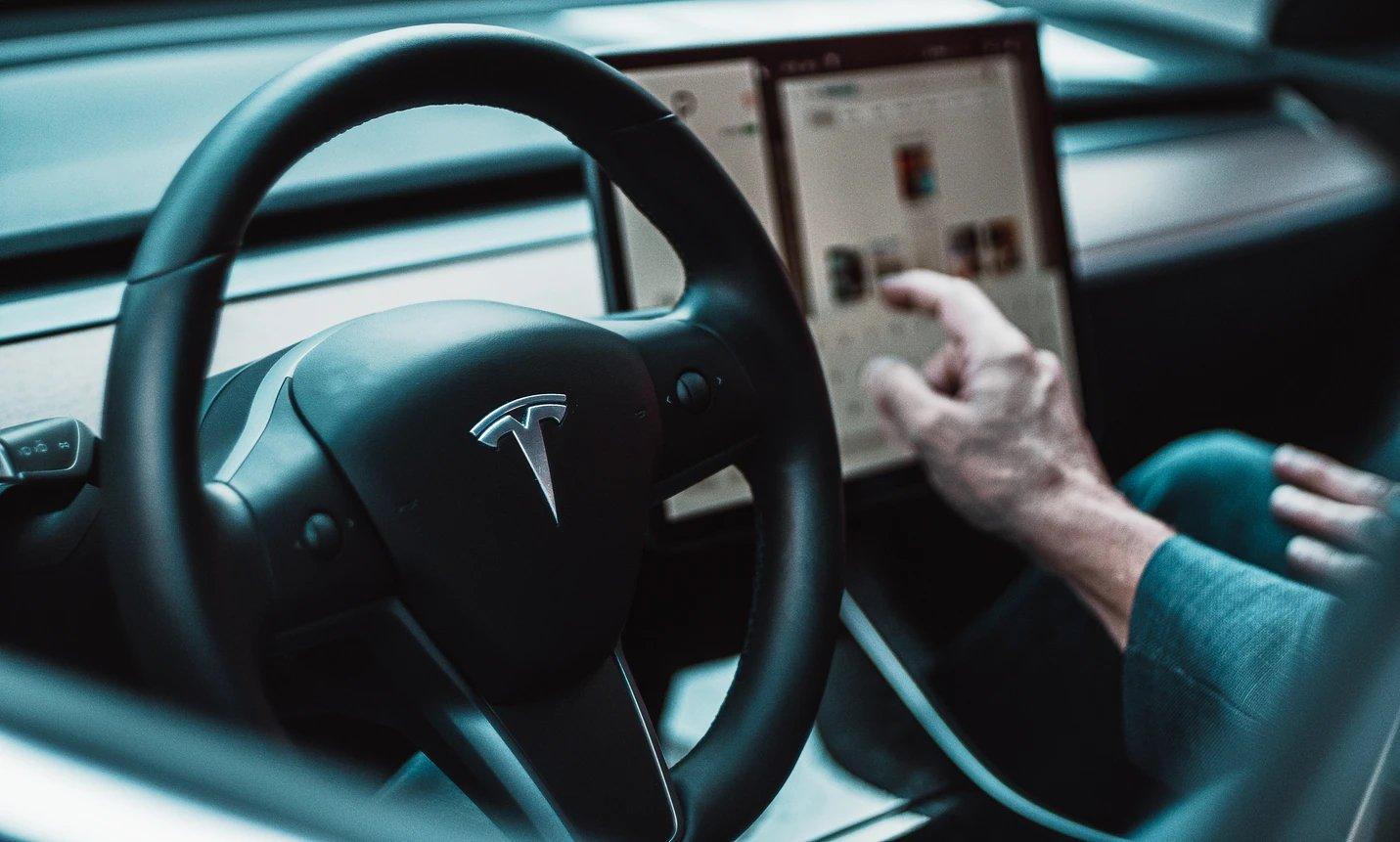 Tesla viatura interior