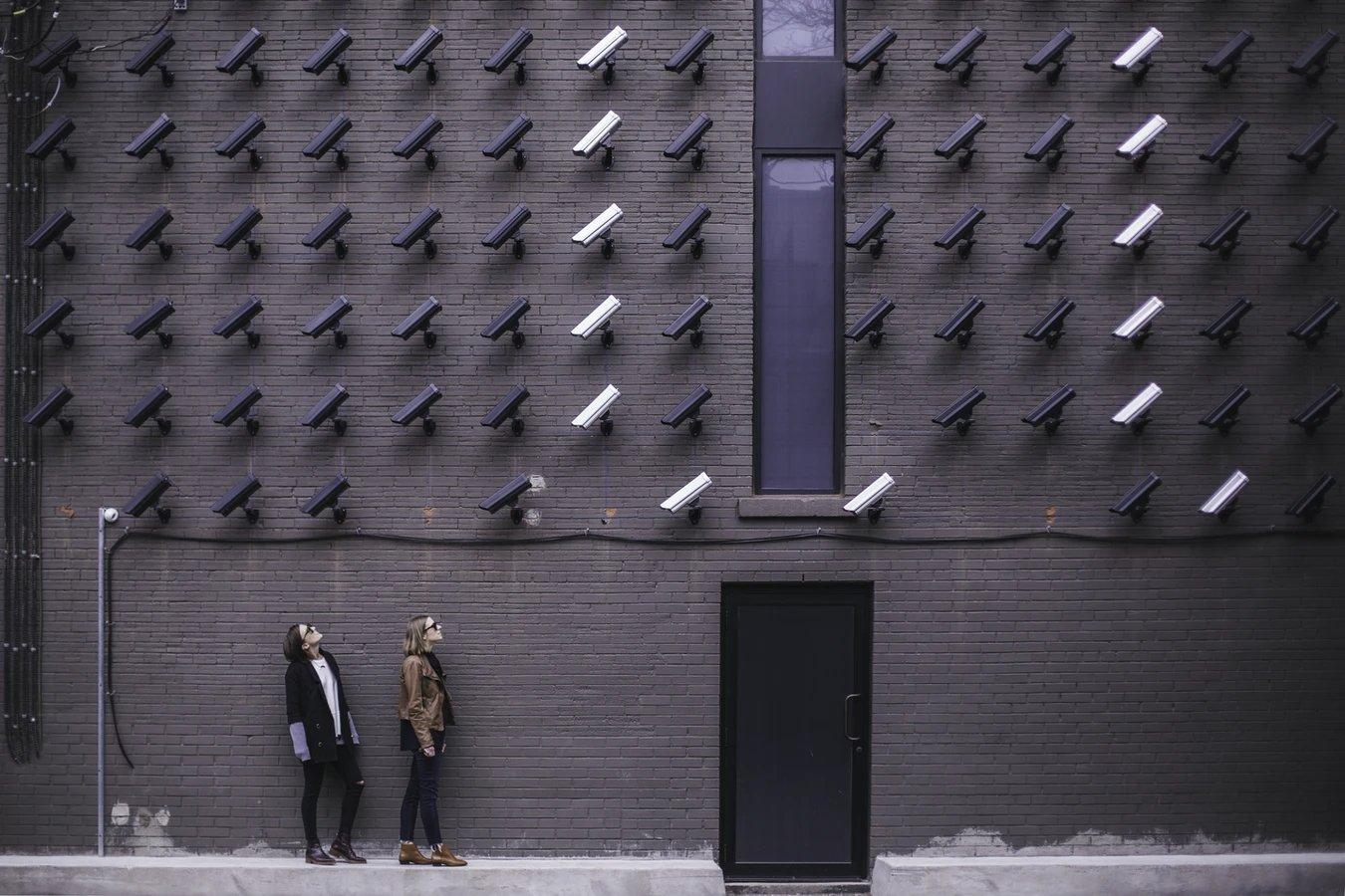 Privacidade online com pessoas a olhar para câmaras