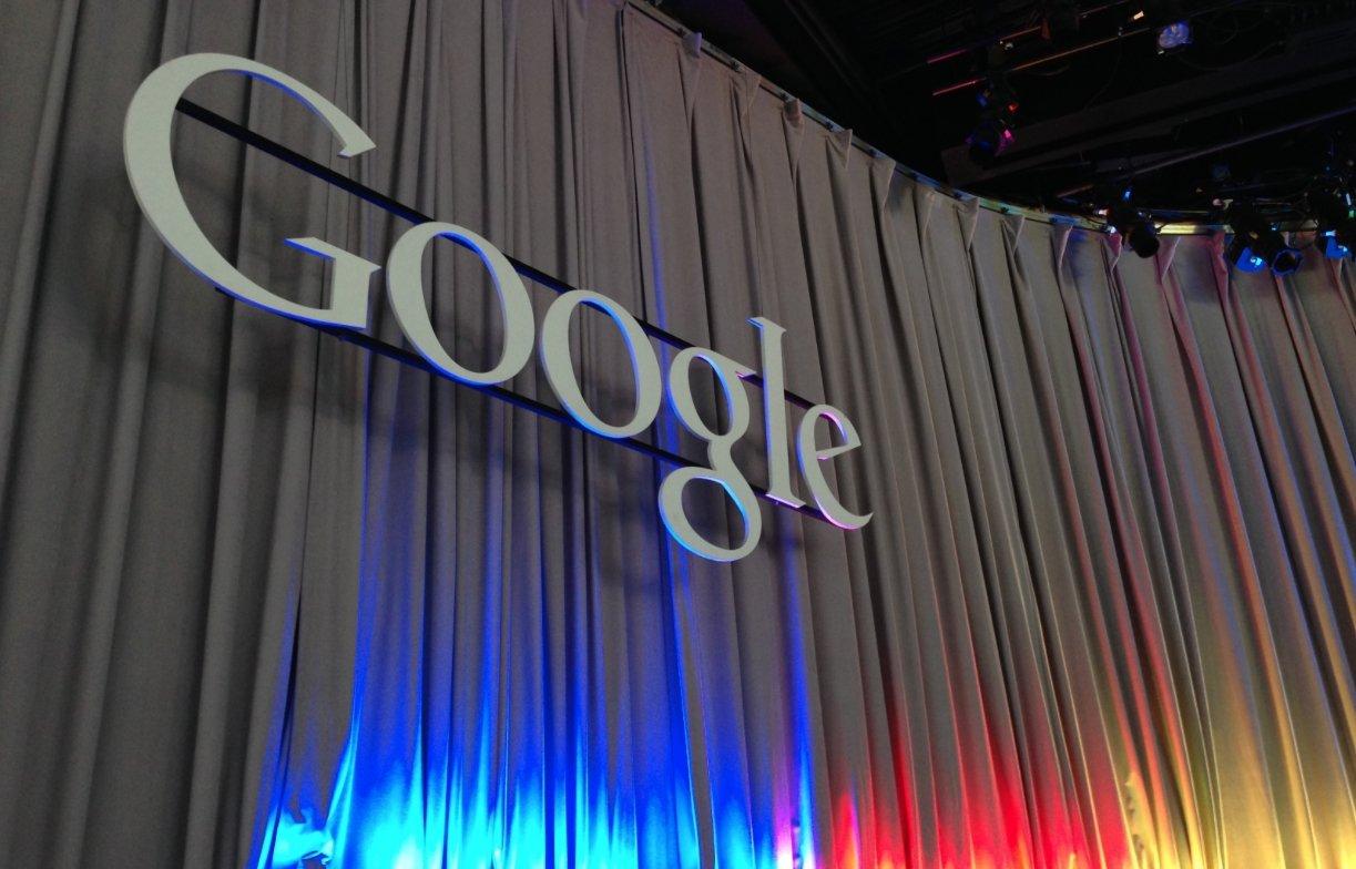 Google logo em palco colorido