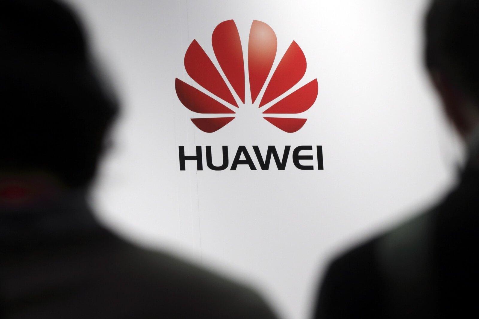 Huawei logo sobre pessoas
