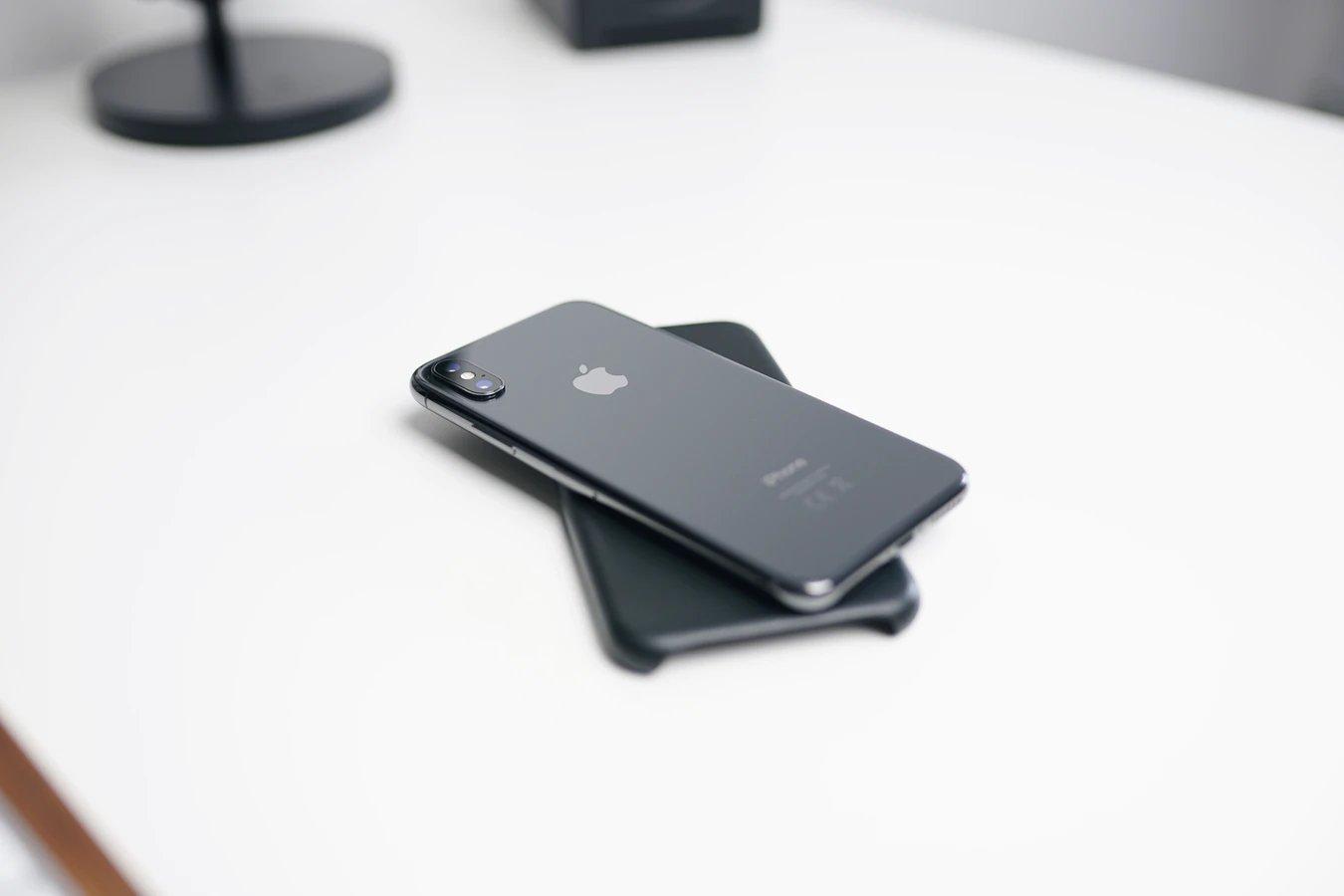 Apple iPhone sobre mesa