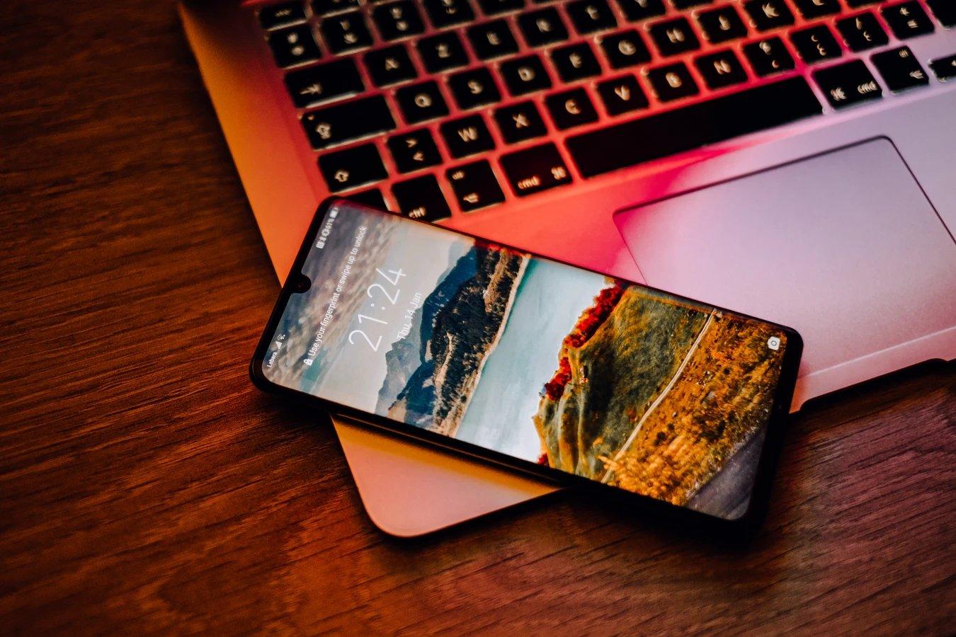 Huawei smartphone sobre computador