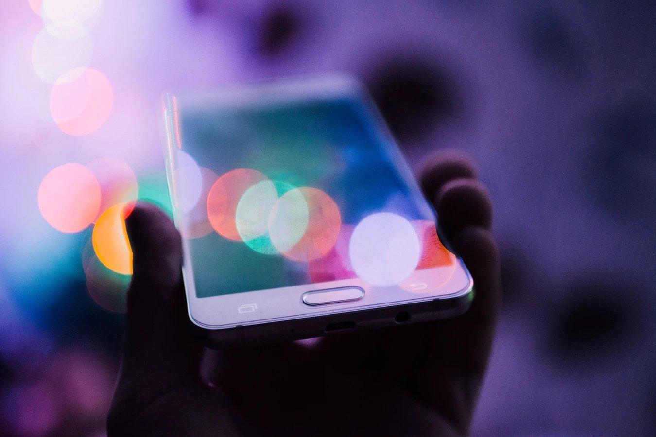 Smartphone sobre luzes