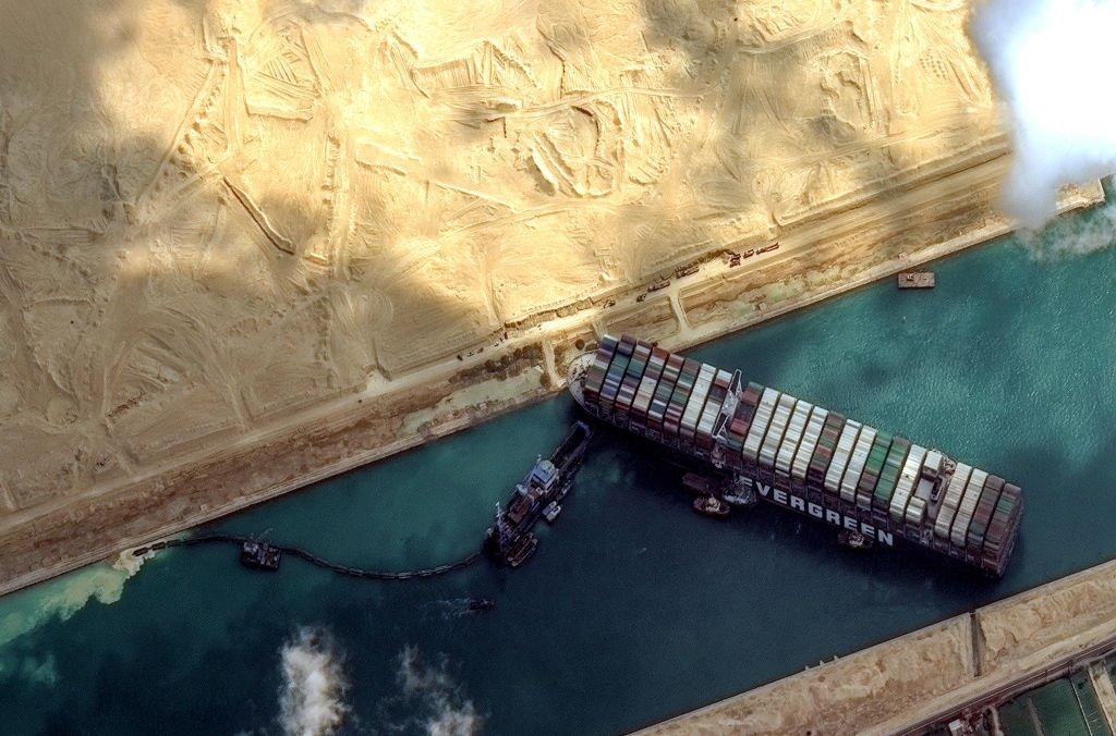 Canal de Suez navio encalhado
