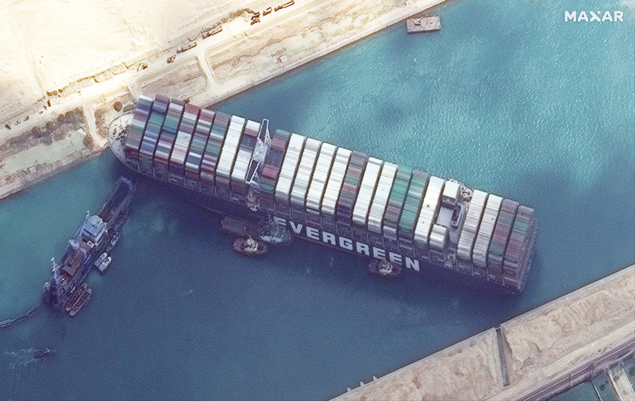 Navio encalhado no canal do suez