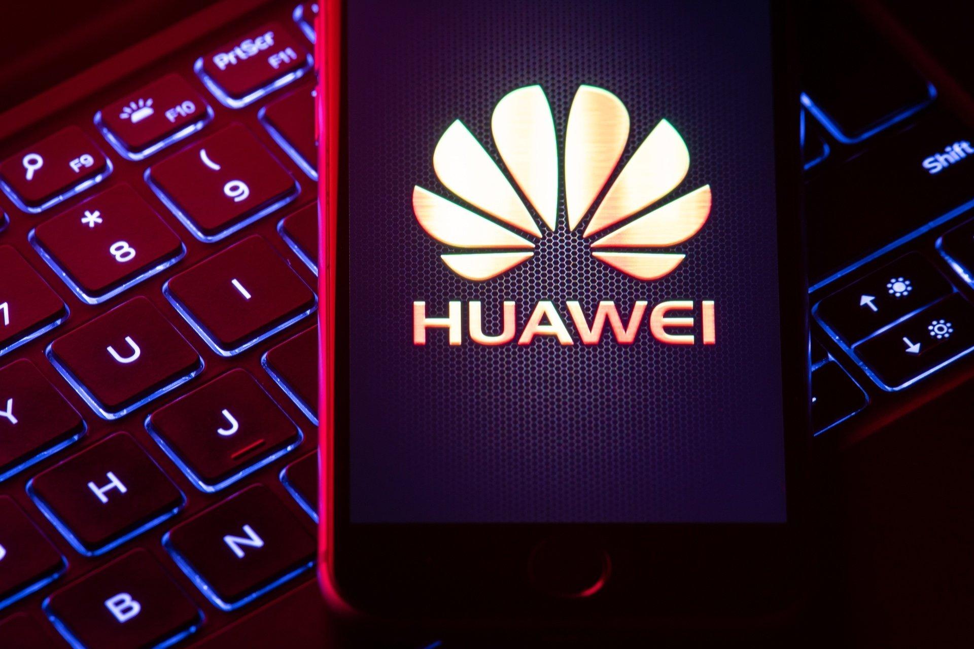 Huawei logo sobre smartphone