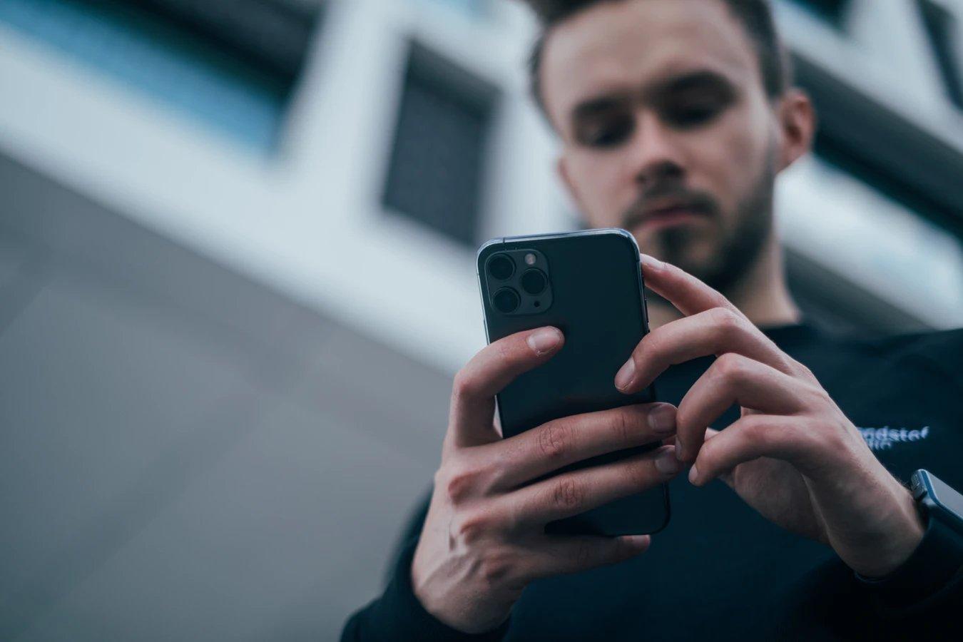 Smartphone em uso na rua