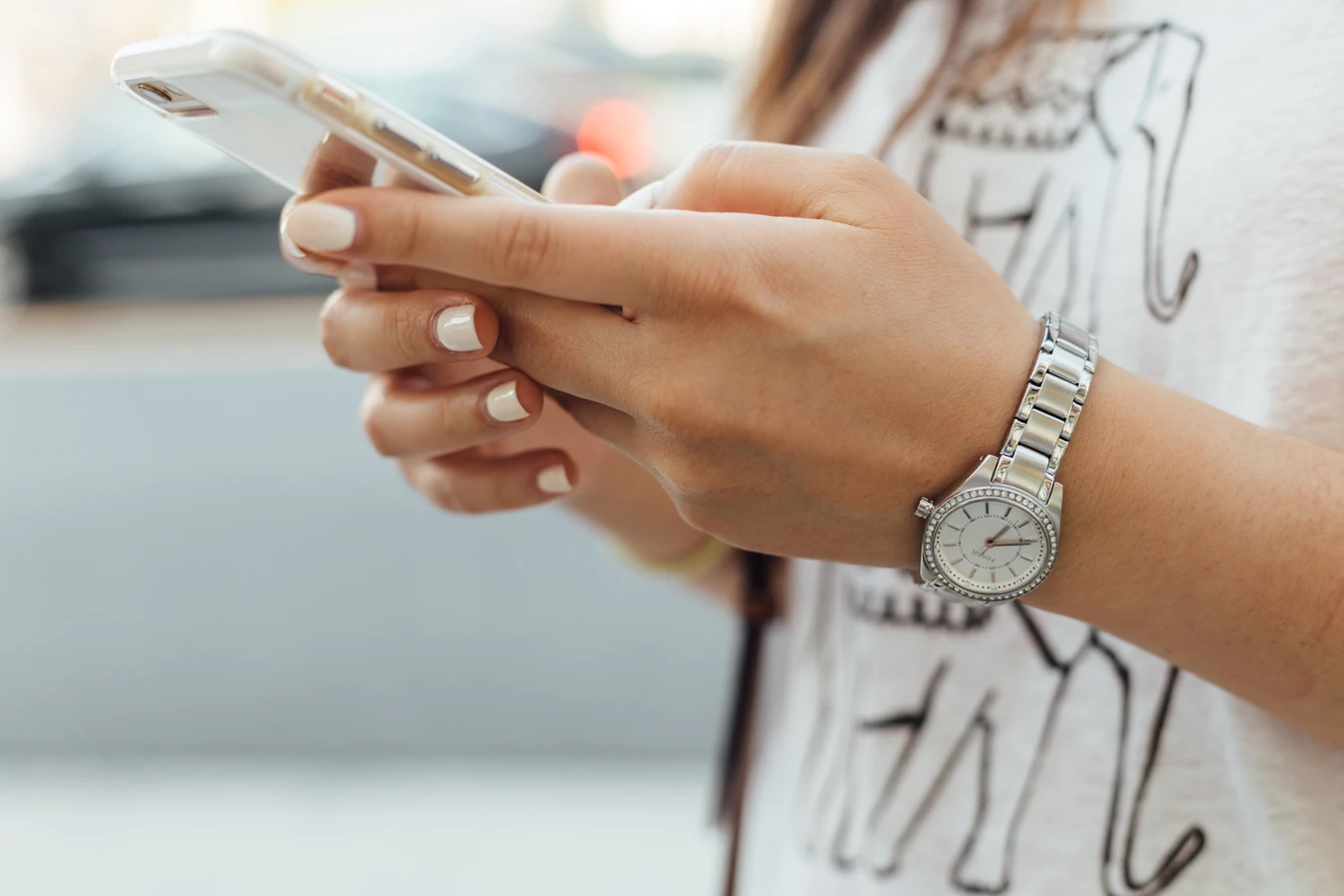Smartphone a ser usado em andamento