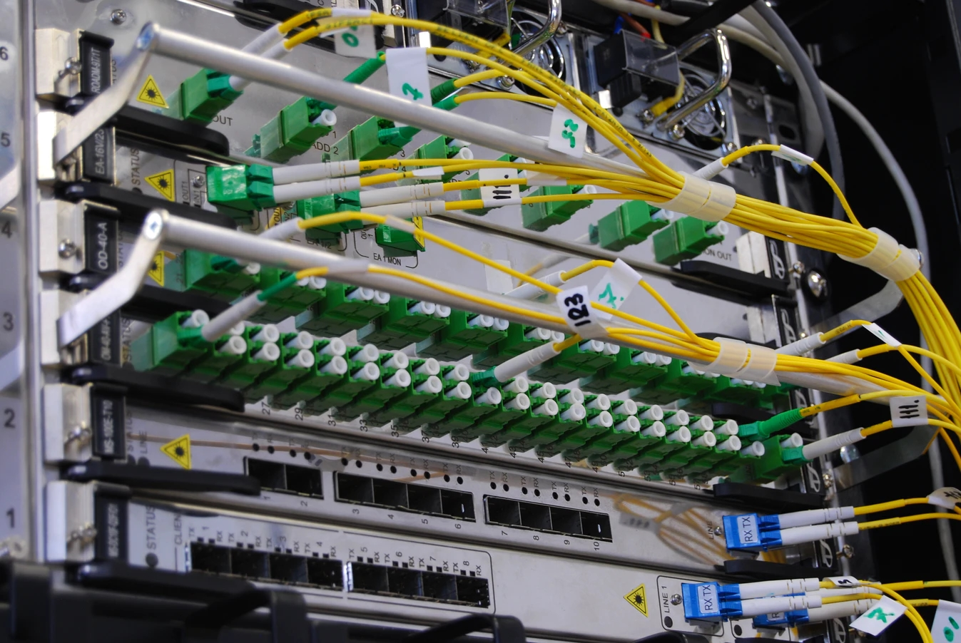 Servidor com cabos ligados