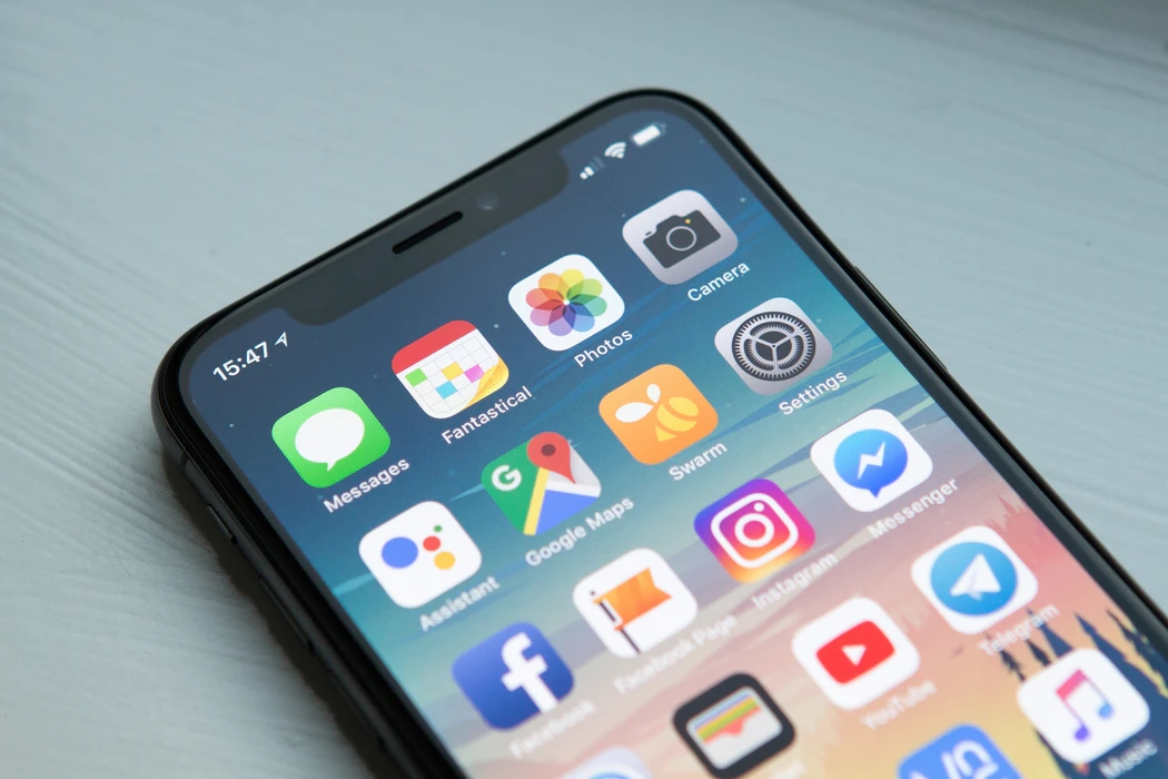 Apple iPhone na mesa