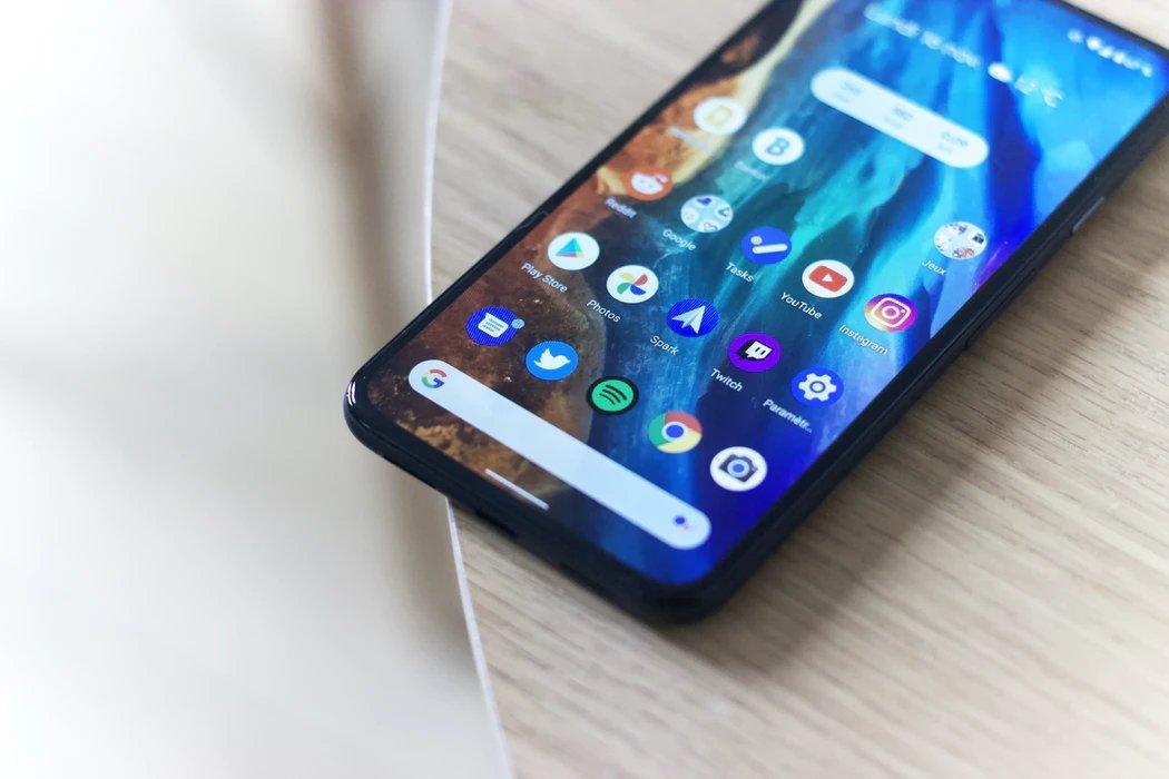 Smartphone Android sobre uma mesa com o ecrã ligado