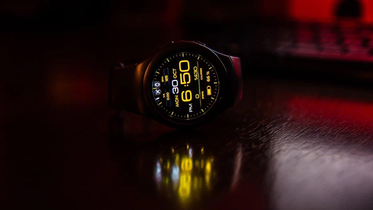 Smartwatch ligado sobre uma mesa