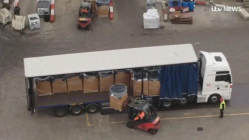 camião da amazon para centro de destruição