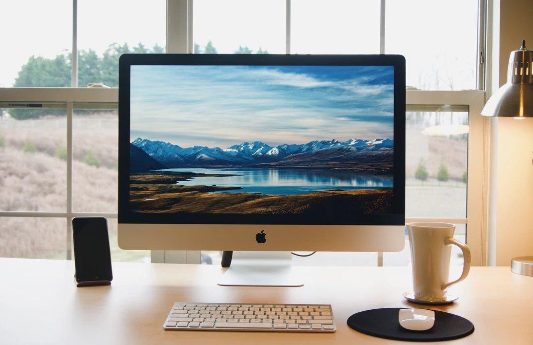 Mac sobre uma mesa