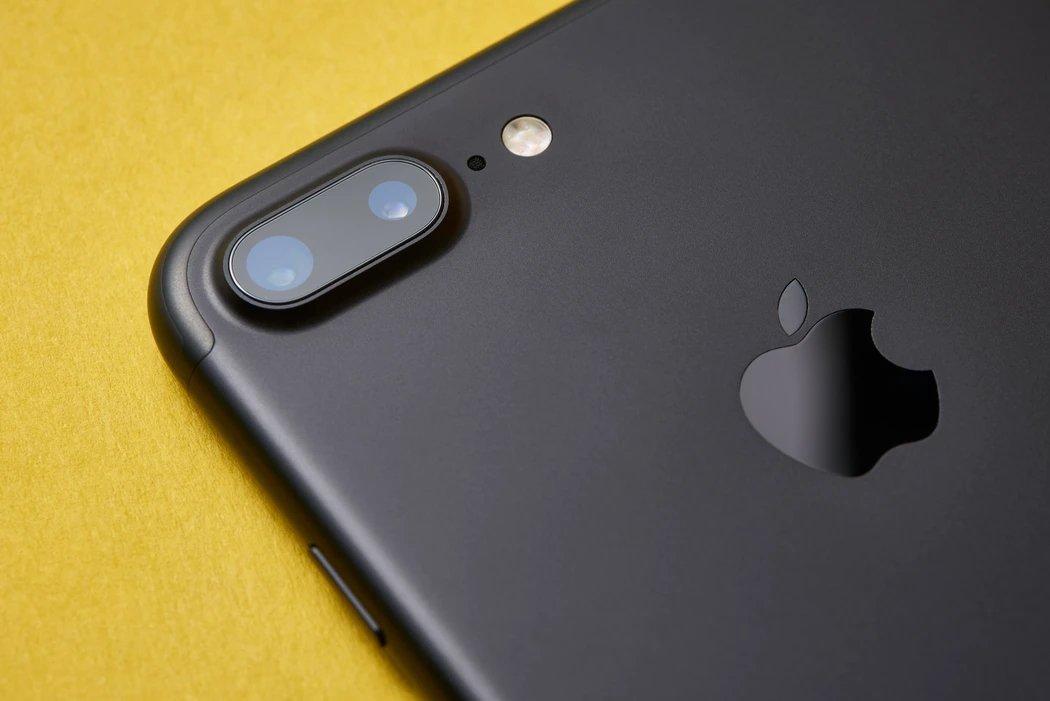 iPhone da Apple com o logo visivel