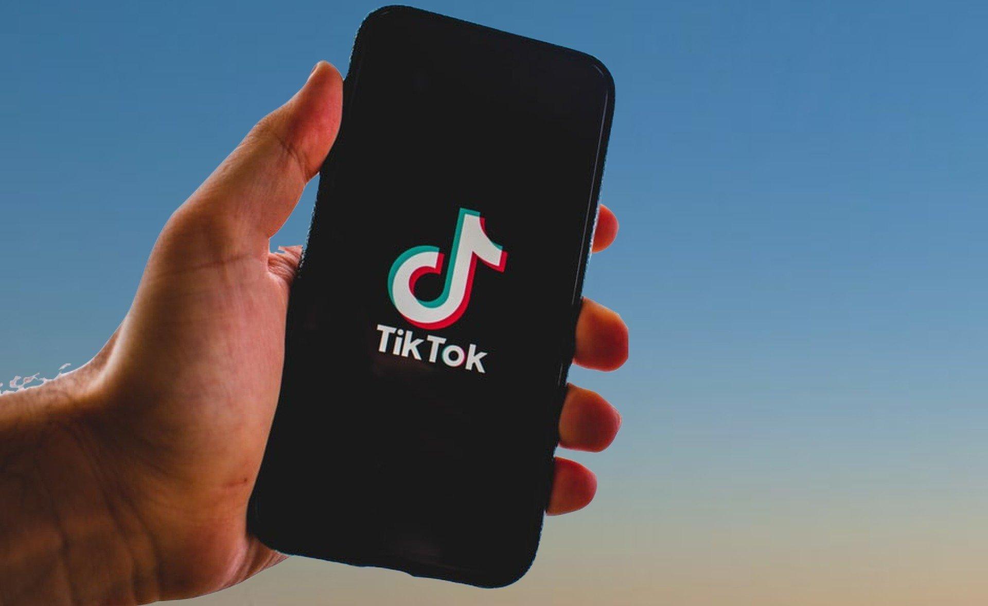 TikTok app em smartphone