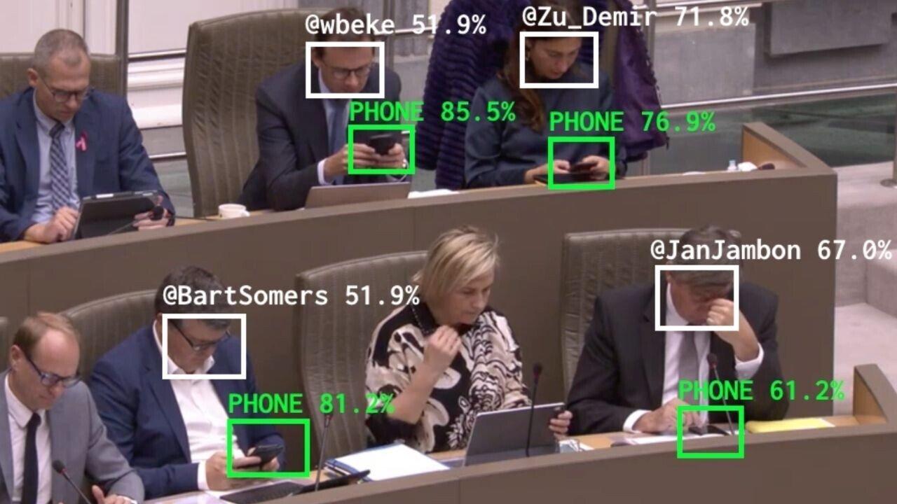 Politicos ao telefone durante a sessão do parlamento
