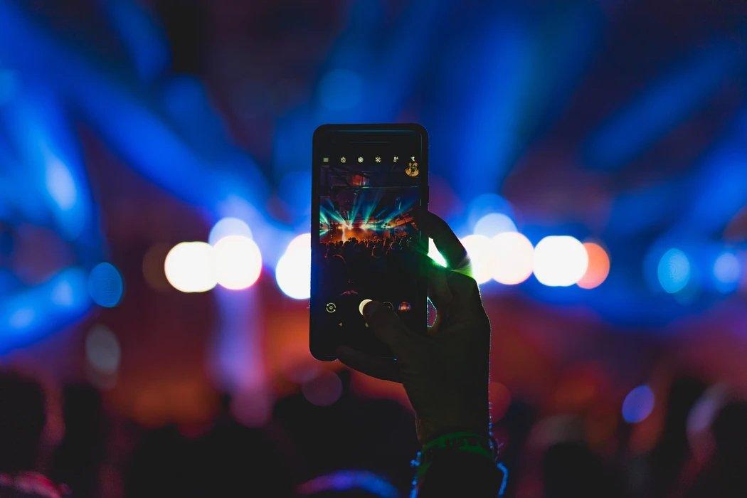smartphone durante um concerto