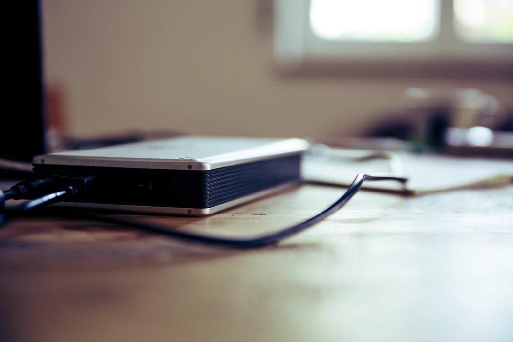 disco externo sobre a mesa