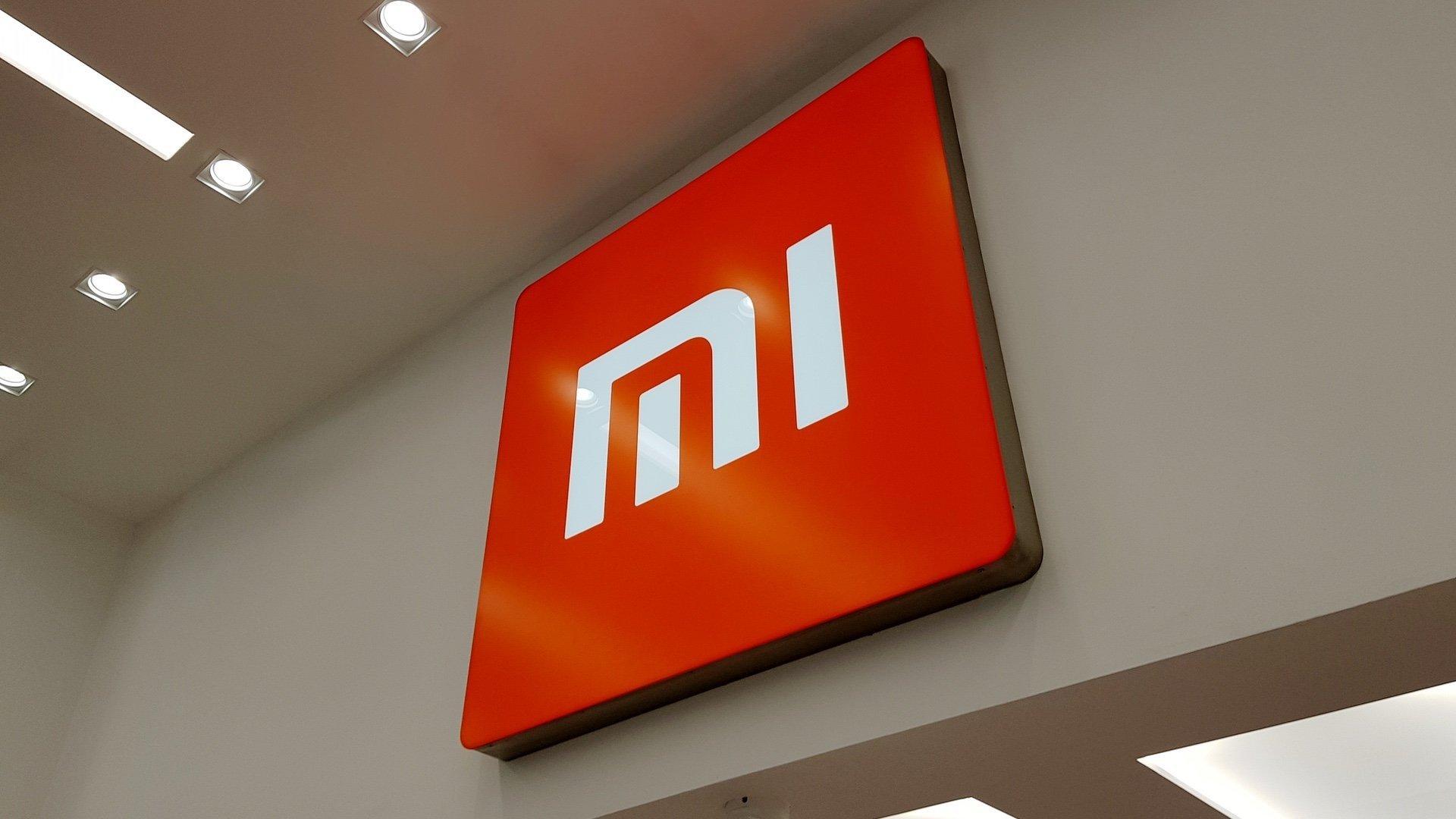 Xiaomi logo na parede