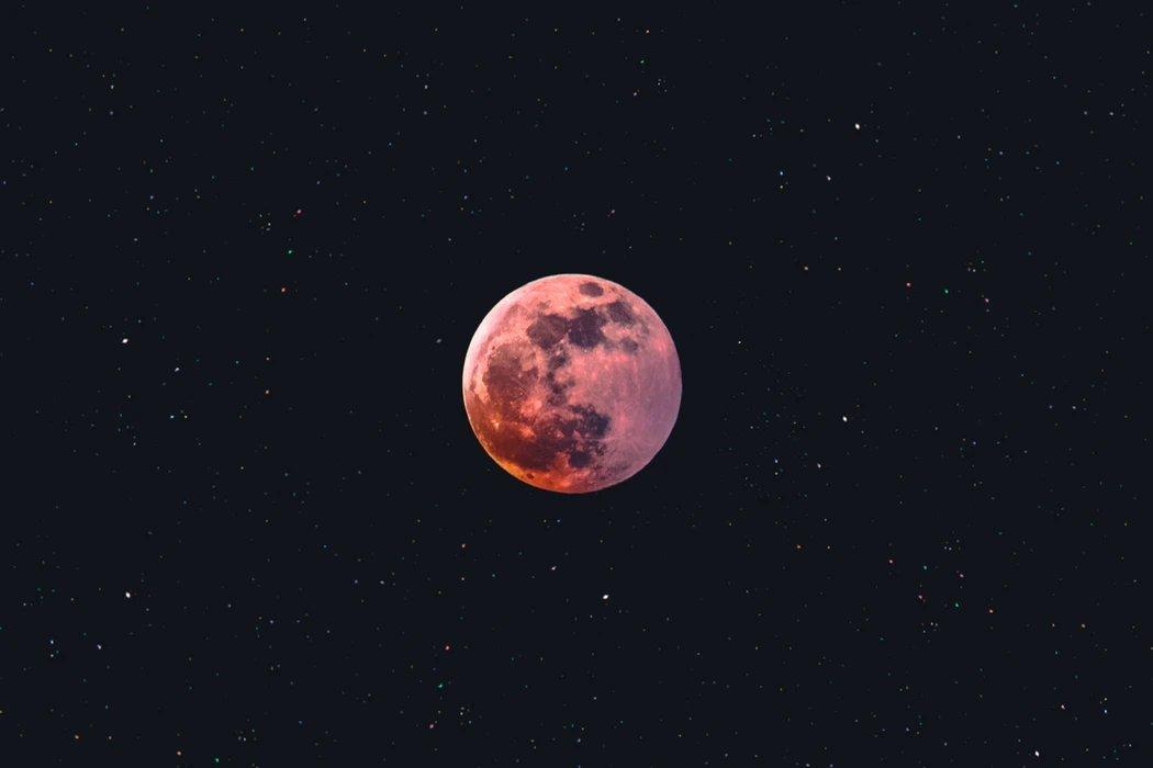 Lua no céu vermelha