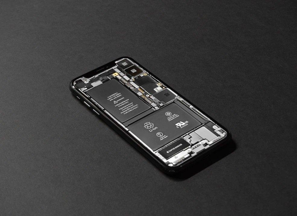 iPhone da Apple aberto e com baterias