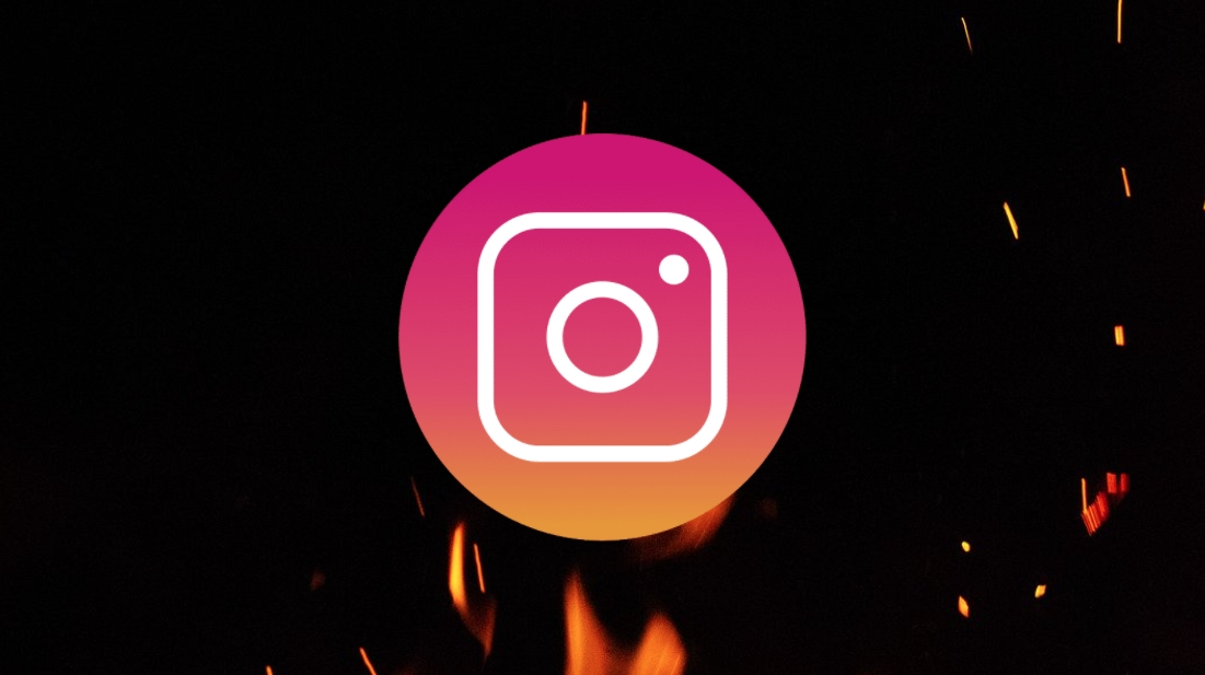 instagram logo sobre fogo
