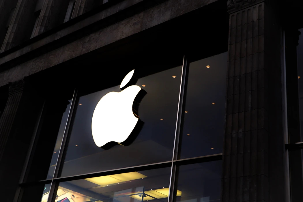 Apple com o logo sobre uma parede