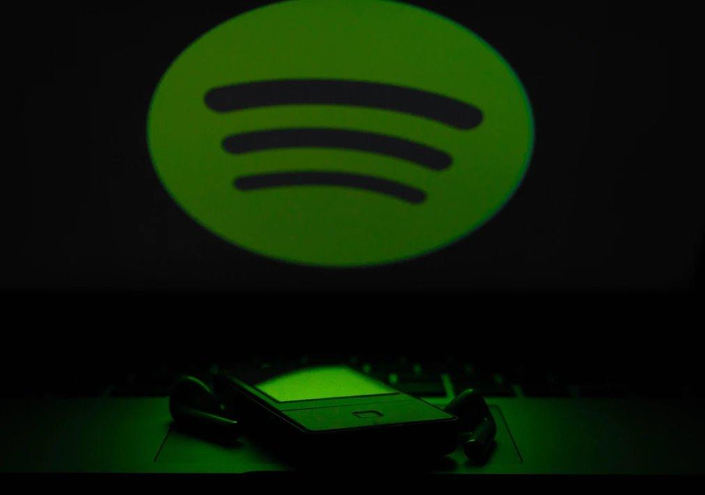 Spotify logo sobre um computador