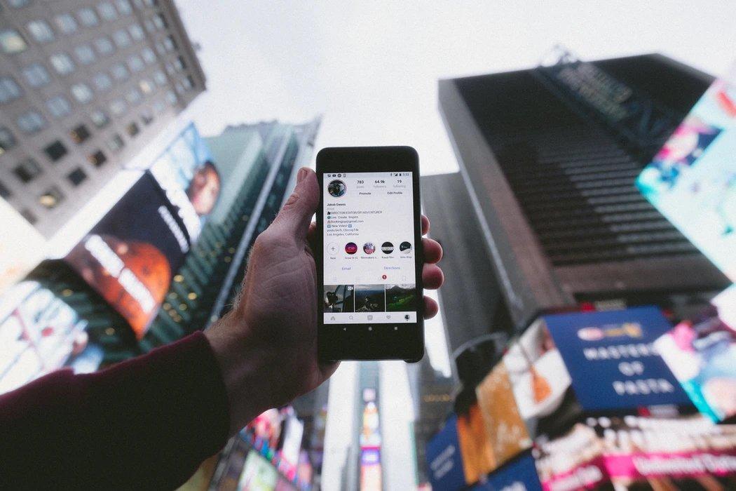 app do Instagram a apontar para o céu no meio de edifícios
