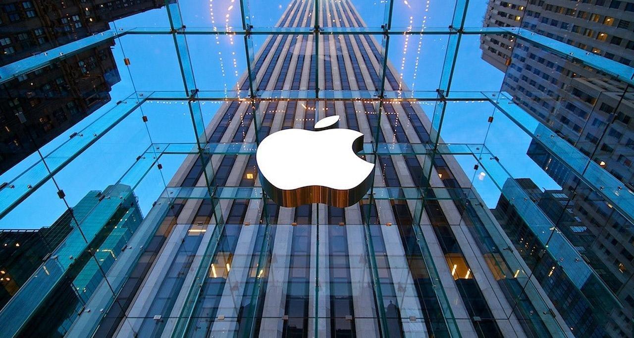 Apple logo na parede de um prédio