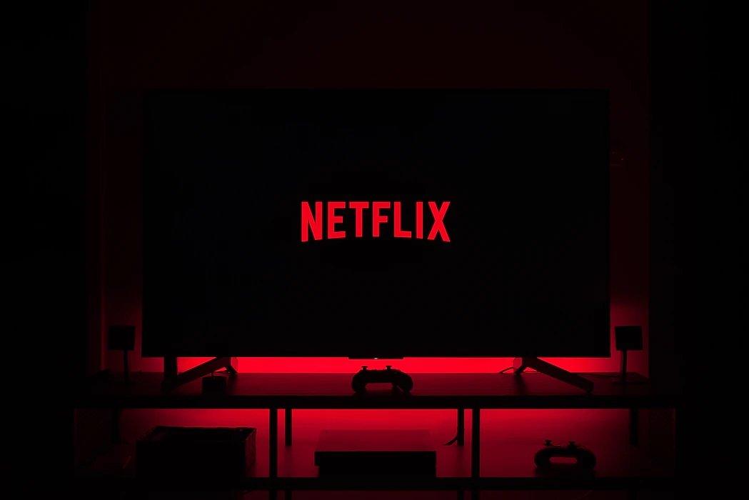 Netflix tv com logo da plataforma