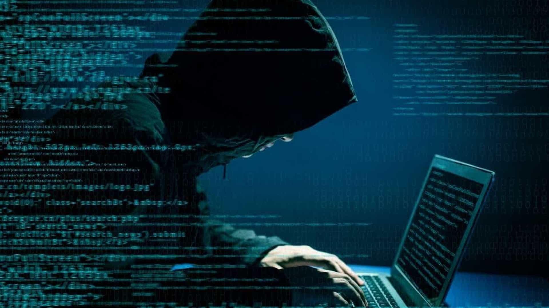 Malware e hacker em frente do computador