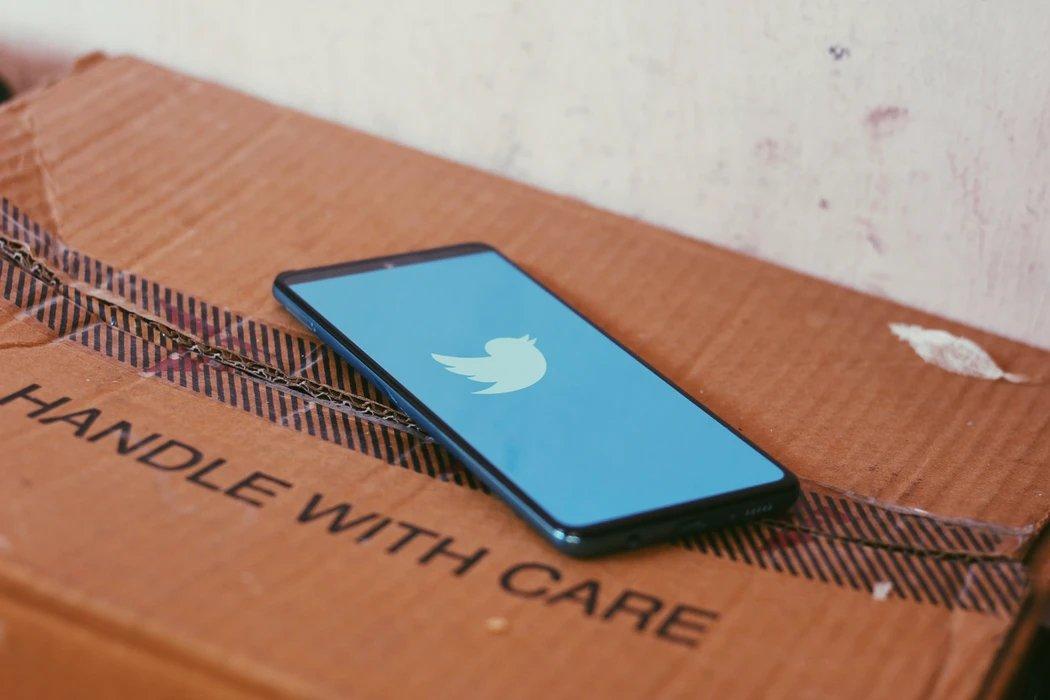 Twitter em smartphone sobre caixa