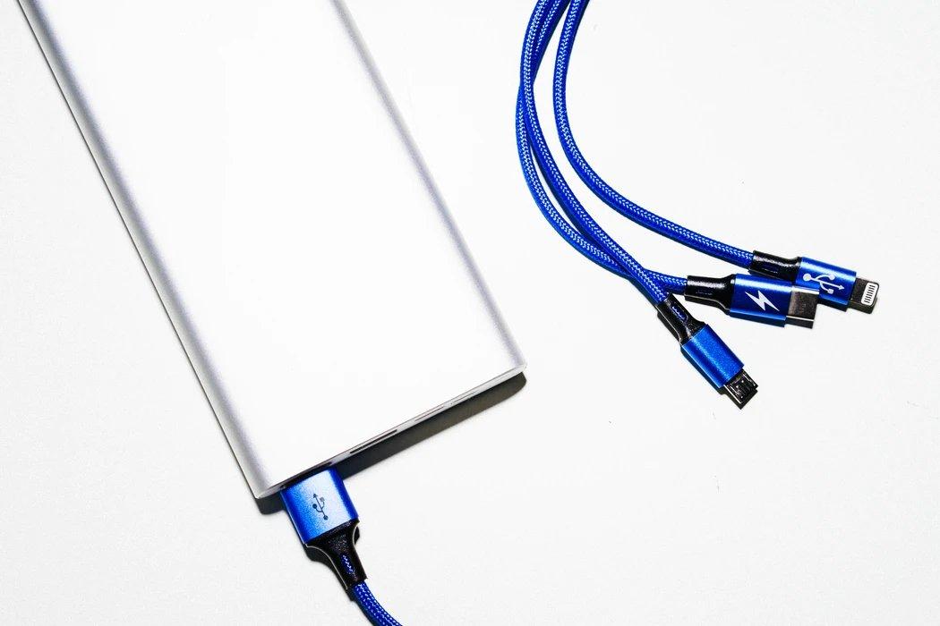 diferentes cabos de carregamento USB