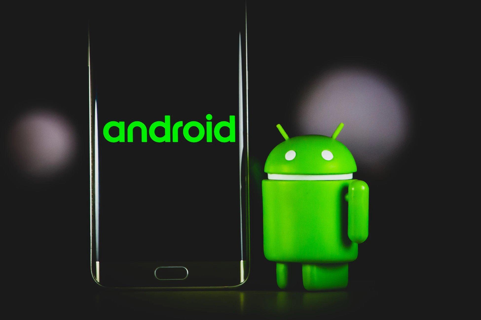 Android com robo ao pé
