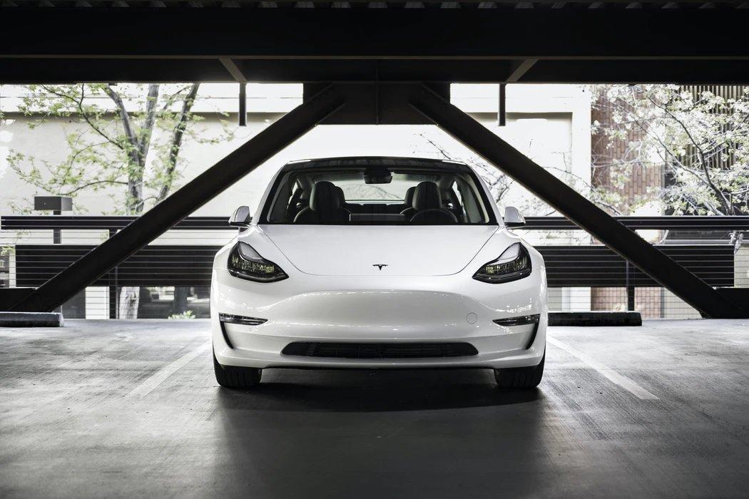 Tesla branco