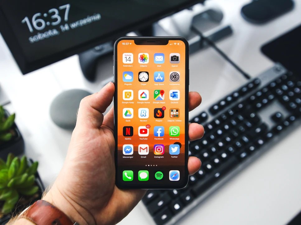 iPhone sobre a mão