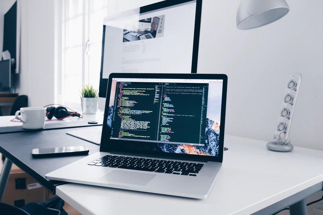 programação em computador sobre uma mesa