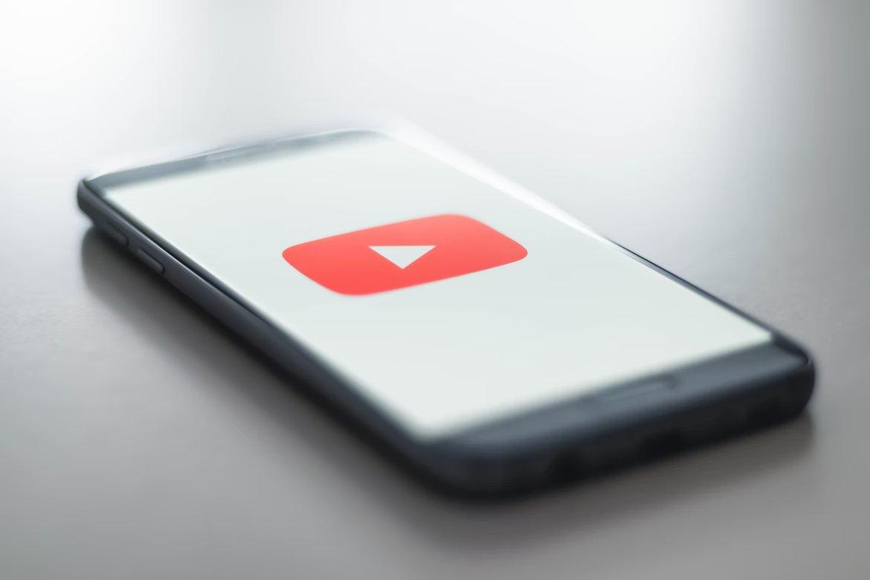 YouTube app em smartphone