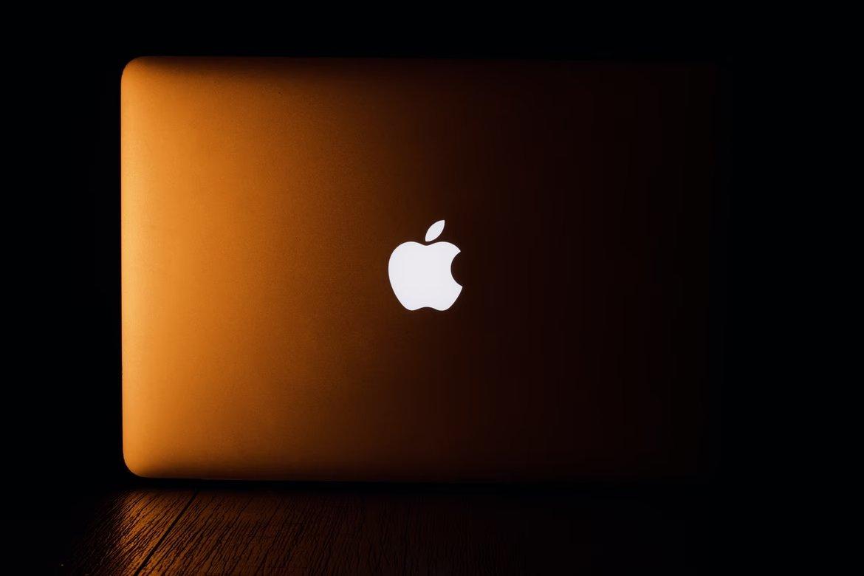 Apple computador com logo visivel