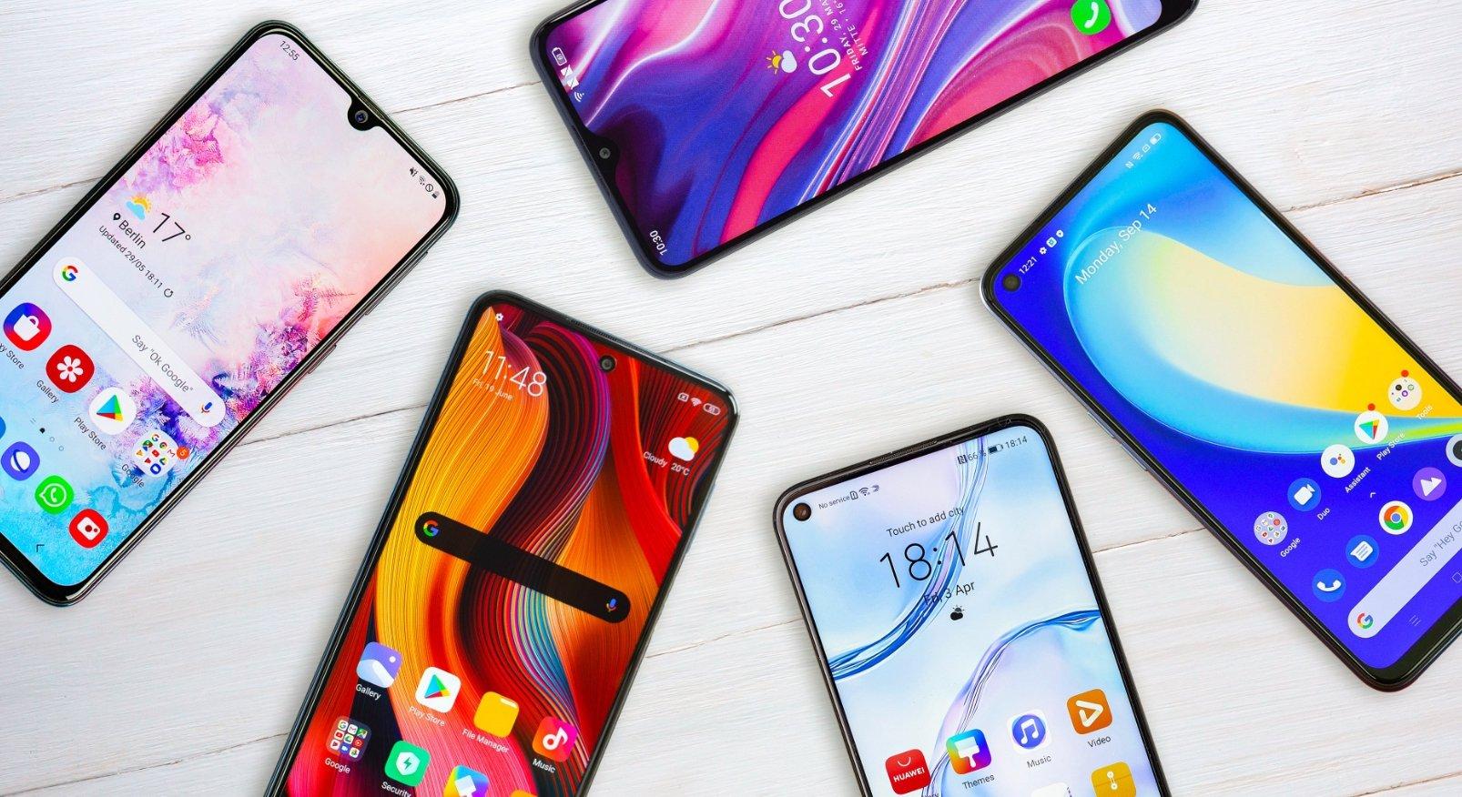 smartphones sobre mesa