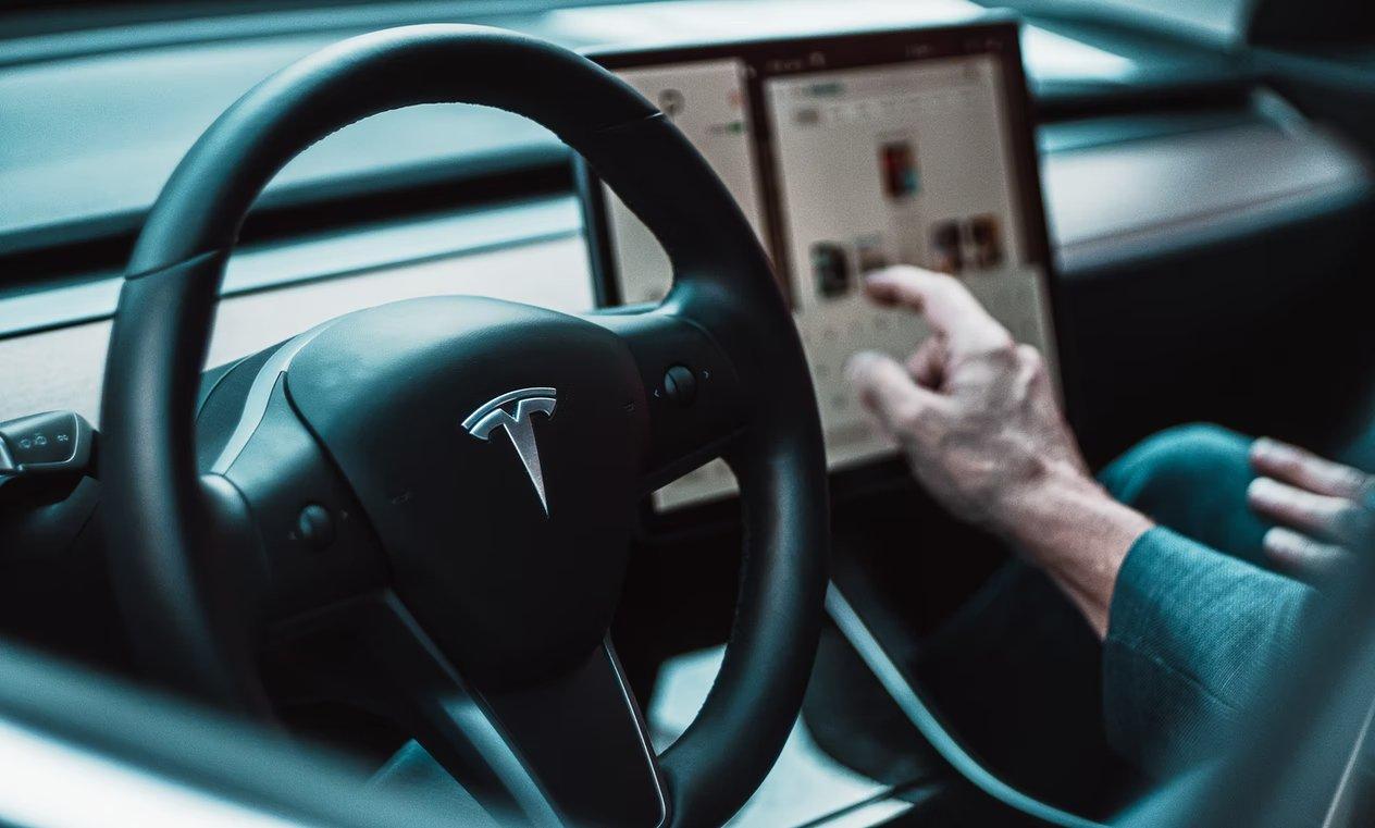 Tesla interior em condução